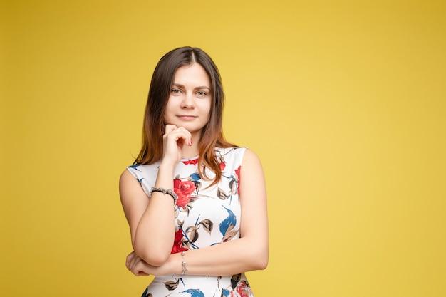 花柄のドレスでセクシーなエレガントなメイクアップモデルの肖像画