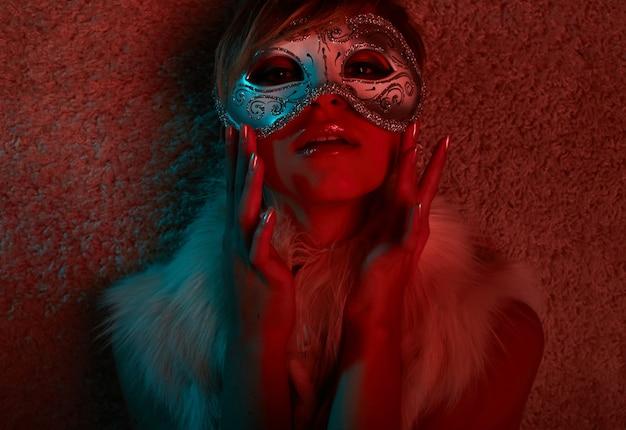 마스크를 쓰고 모피 재킷을 입은 섹시한 여자의 초상화