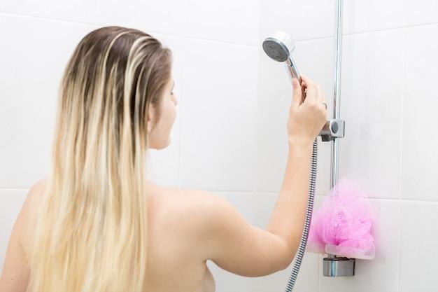 シャワーで立っているセクシーな女性の肖像画