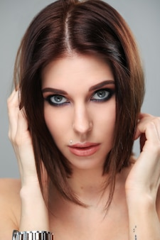 化粧品でセクシーな女性の肖像画