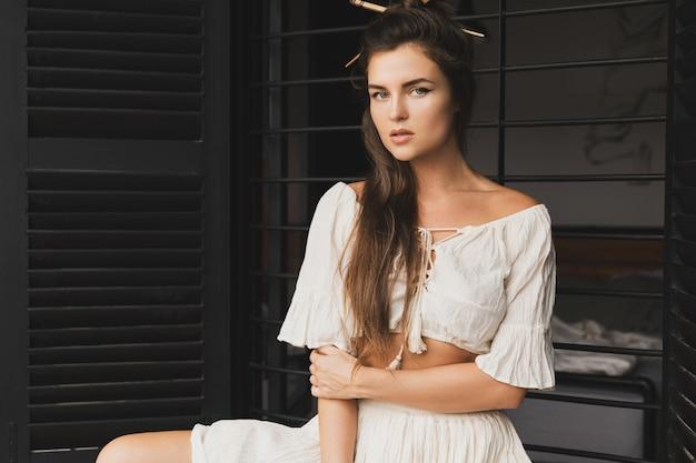 천연 패브릭 옷을 입고 세련된 헤어 스타일로 섹시한 여자의 초상화