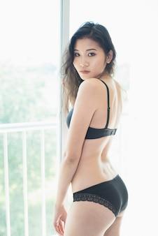 비키니를 입고 섹시 한 젊은 여자 모델의 초상
