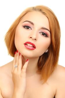 매력적인 메이크업과 빨간 매니큐어와 섹시 한 젊은 여자의 초상화