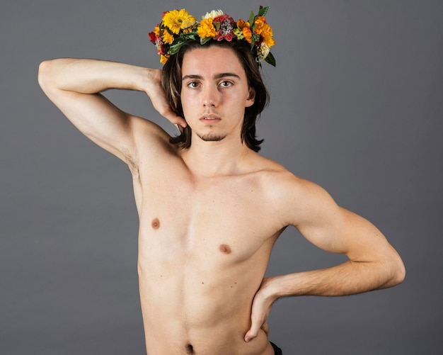 Портрет мужчины без рубашки с цветочной короной