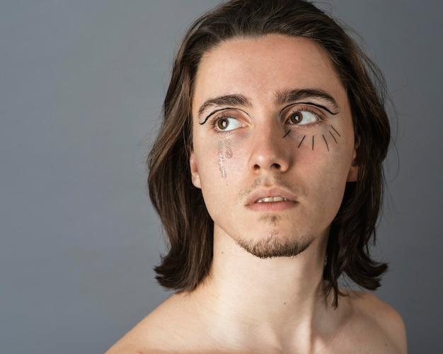 Портрет мужчины без рубашки с макияжем