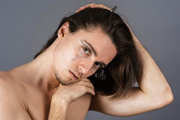 메이크업 shirtless 남자의 초상화