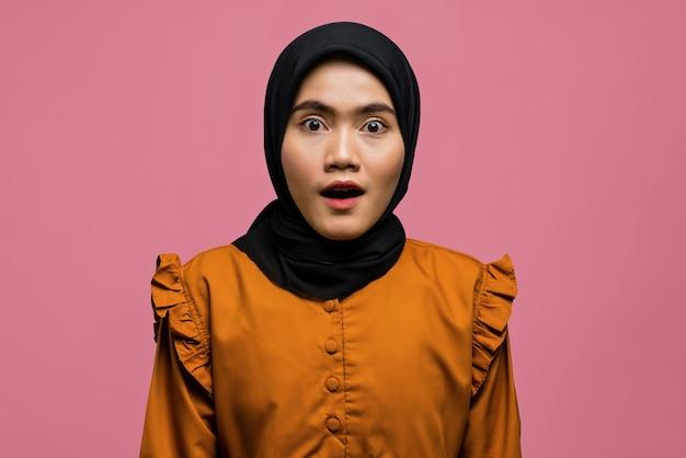 카메라를보고 충격 된 아름 다운 아시아 여자의 초상화