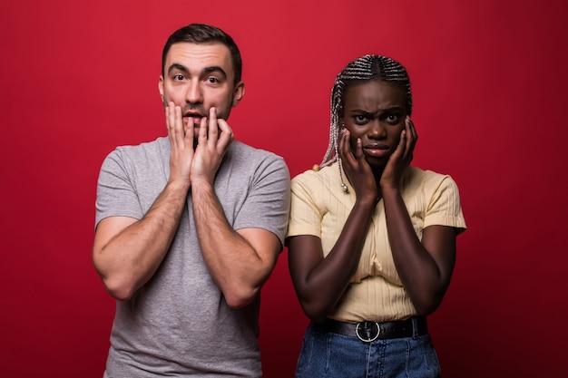 ショックを受けた異人種間のカップルの肖像画