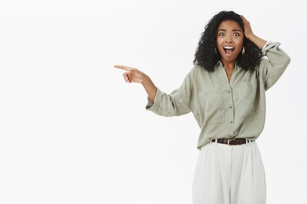 Портрет потрясенной безмолвной афро-американской женщины с вьющейся прической ошеломил