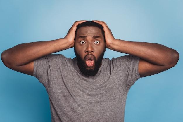 충격을 받은 응시 카메라 흑인 남성 열린 입의 초상화는 믿을 수 없는 소식을 듣습니다.