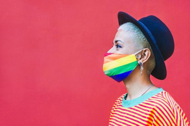 Lgbtプライドのレインボーマスクと短い髪の流行に敏感な女の子の肖像画