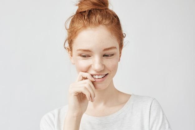 セクシーな髪とそばかすを笑顔で恥ずかしがり屋の美しい女性の肖像画。