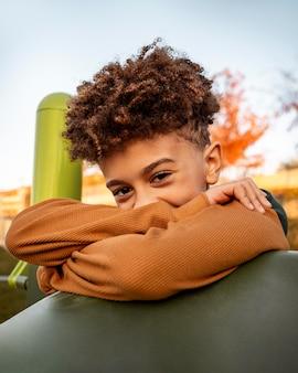 Портрет застенчивого маленького мальчика