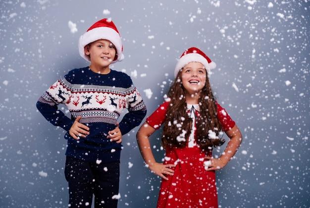 Портрет братьев и сестер среди падающего снега