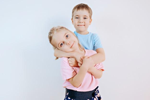 家で一緒に姉と弟の肖像画