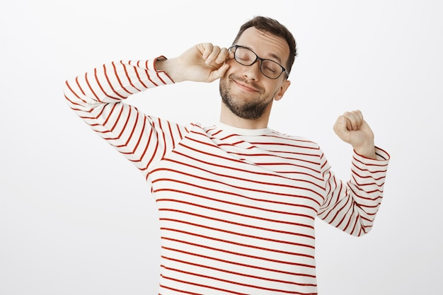 疲れた疲れたメガネで疲れた喜んでいる男の肖像