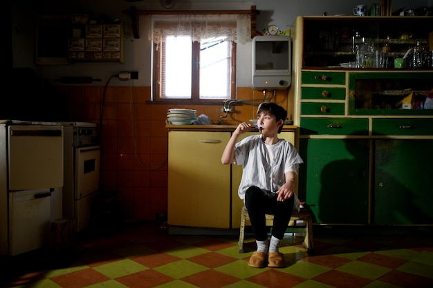 집에 있는 부엌에서 이를 닦는 어린 소녀의 초상화, 빈곤 개념.