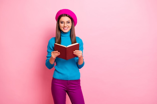 스마트 지능형 교환 대학생 소녀의 초상화는 백과 사전 책을 읽고 주말에는 긍정적 인 감정을 느끼며 힙 스터 스타일의 옷을 입습니다.