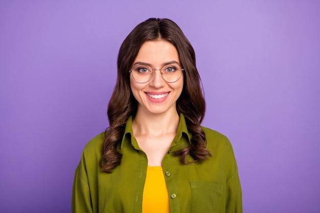 Портрет умной надежной девушки с очками смотрит в камеру, носит повседневную прохладную современную одежду, изолированную на ярком фиолетовом цветном фоне