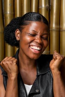 勝利している笑顔のアフリカの女性の肖像画