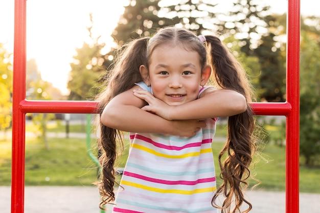 公園で笑顔のアジアの女の子の肖像画