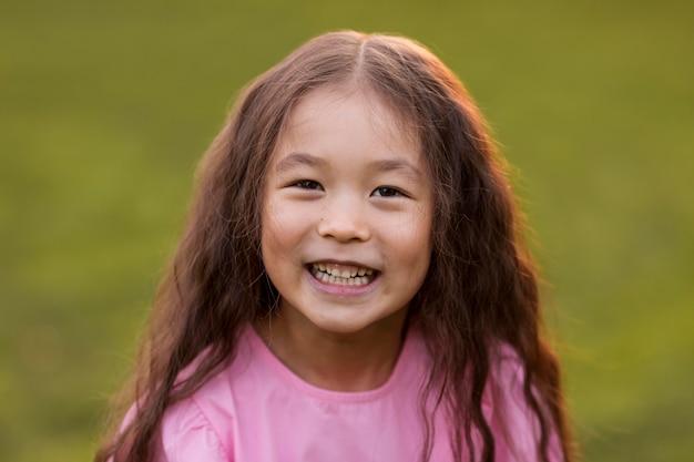 Портрет азиатской девушки смайлик