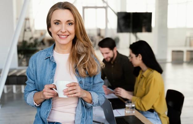 Портрет смайлика деловой женщины
