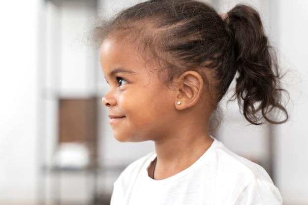 Портрет улыбающейся маленькой девочки дома