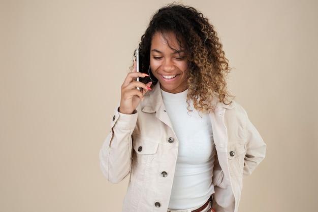스마트폰을 사용하는 웃는 십대 소녀의 초상화