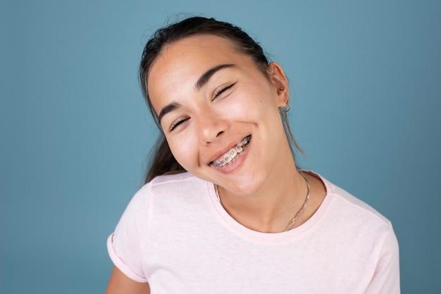 중괄호와 웃는 십 대 소녀의 초상화