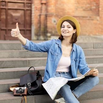 帽子と笑顔の観光客の肖像画