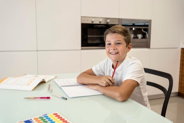 ポーズ笑顔の若い男の子の肖像画