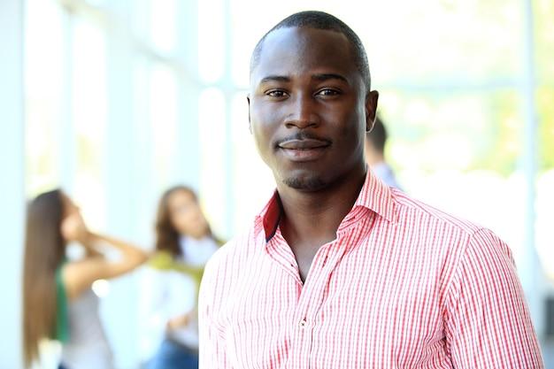 エグゼクティブと笑顔のアフリカ系アメリカ人ビジネスマンの肖像画