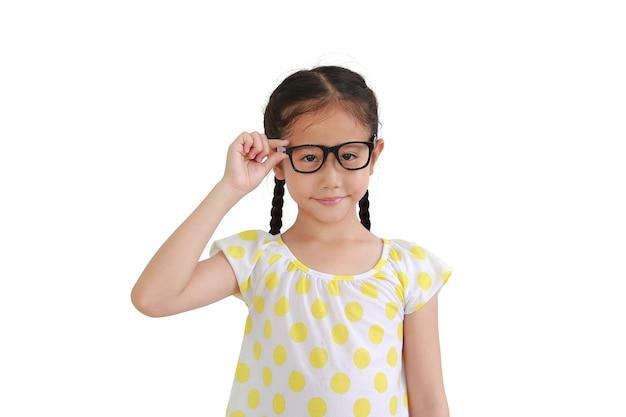 Портрет улыбающегося азиатского ребенка маленькой девочки в очках, изолированном на белом фоне
