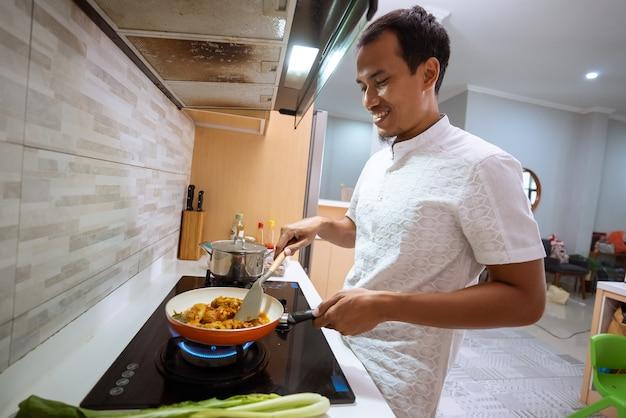 Портрет улыбающегося азиатского мусульманского мужчины, готовящего на ифтар на рамадане