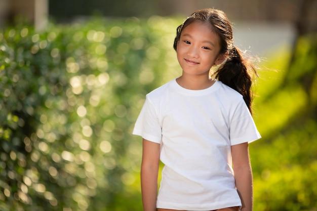 웃 고 웃는 아시아 젊은 여자의 초상화