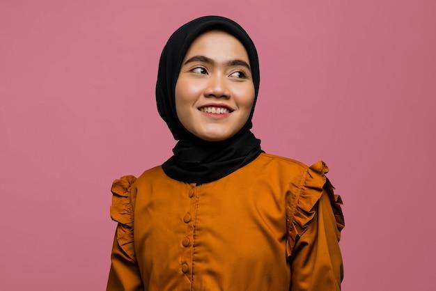 아름 다운 아시아 여자 미소와 hijab를 착용의 초상화