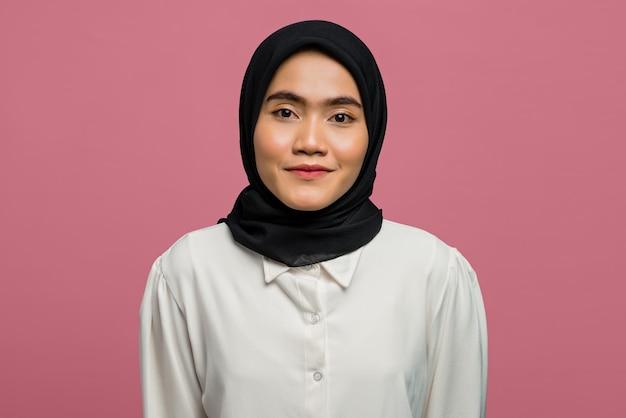 Портрет улыбающейся красивой азиатской женщины в белой рубашке