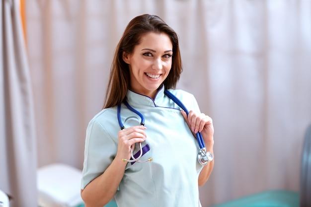 病院で聴診器でポーズ笑顔の美しい女性医師の肖像画。