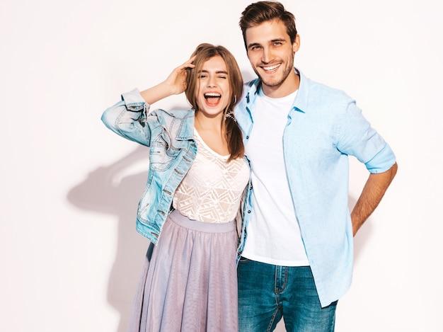 Портрет улыбается красивая девушка и ее красивый парень смеется.