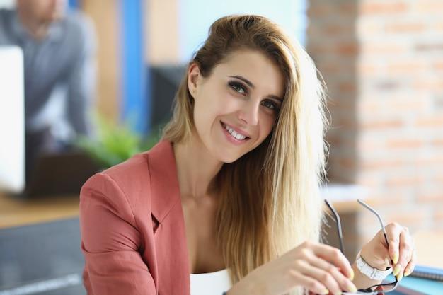 직장에서 웃는 금발 사업가의 초상화