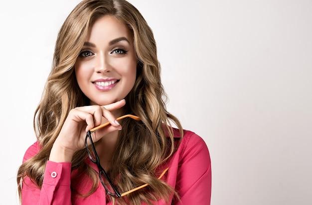 성공의 손 이미지에 안경을 쓰고 웃는 금발 머리 젊은 비즈니스 여성의 초상화