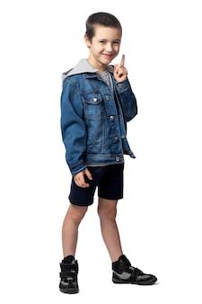 데님 재킷을 가리키는 웃는 소년의 초상화와 같은 장소를보고, 격리 된 흰색 배경에 재미