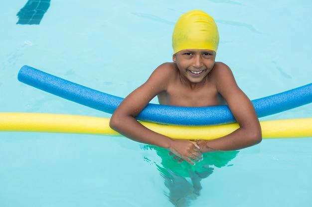 레저 센터에서 수영장에서 수영 웃는 소년의 초상화