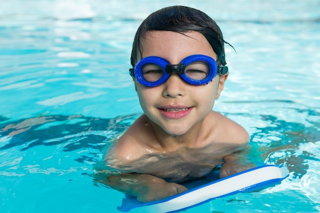 수영장에서 수영 고글 수영 웃는 소년의 초상화