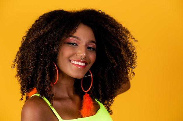 Портрет улыбающейся бразильской женщины с афро-волосами