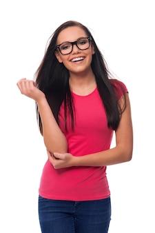 眼鏡をかけて笑顔のブルネットの女性の肖像画