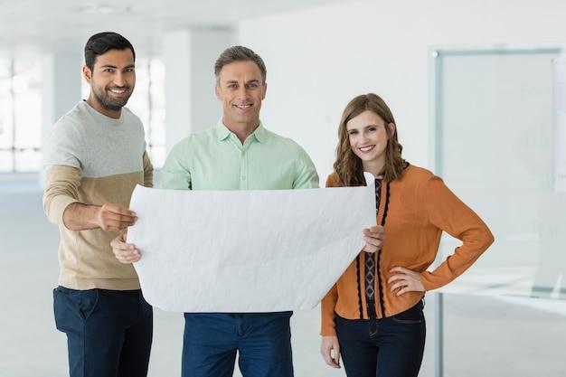 青写真について議論するビジネス部門の同僚を笑顔の肖像画