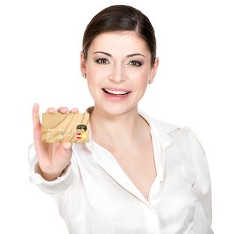 Портрет улыбающейся деловой женщины в белой рубашке держит кредитную карту - изолированную на белом.