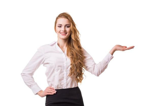 Портрет улыбающейся деловой женщины, изолированной на белом фоне